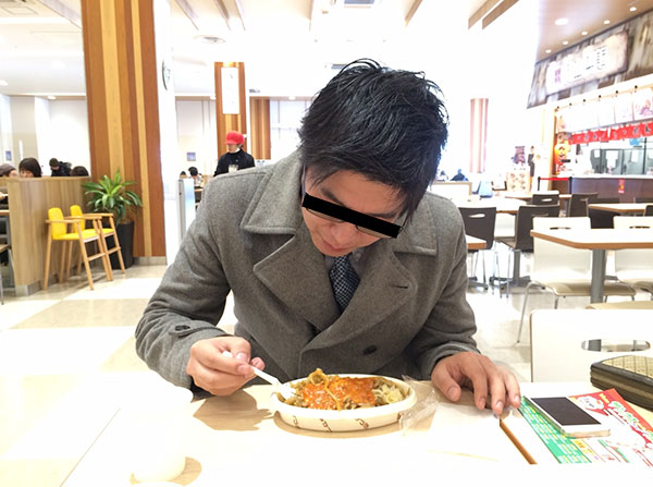 一心不乱にイタリアンを食べる木村
